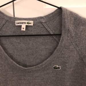 FRI FRAKT 💕💕 Jättefin Lacoste T-shirt av ull som är blivit lite för liten, den är croppad men har highwaistbyxor så syns inte på bilden tyvärr. Material: ull