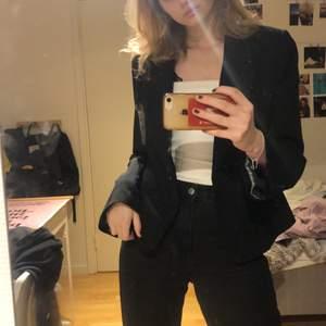 SKITSNYGG kavaj!! Köpt second hand :) Så perfekt till en fest eller när man vill klä upp sig, även så snyggt med en hoodie under😍jag säljer denna då den inte sitter så pass oversized som önskat men jag är 174 med långa armar så inte så konstigt! Använd två gånger så i perfa skick😇