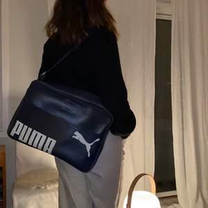 Säljer min mammas puma sport väska från 70 talet. Väskan är väldigt stor då den är skapad som sportväska från början. Fortfarande i väldigt bra skick, och har kvar sin fina mörkblåa färg. Skriv vid intresse.