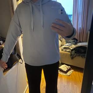 super skön och fin oversized hoodie från pull & bear i storlek M. Använd fåtal gånger. köparen står för frakten💞💞