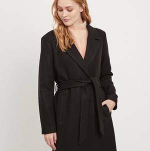 Svart kappa som endast är använd 2 ggr, är i jättebra skick! Köpt för 900kr. Frakt 95kr