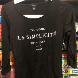 En svart tröja med trekvartslånga ärmar från New Yorker, i storlek M. Säljs pga av att jag inte längre använder den.