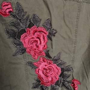 Grön jeansjacka med broderier i tight snitt. Supersnygg till våren! Liten i storleken så passar xs-s.
