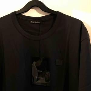 Acne studios t-shirt. Knappt använd. Lapp till tröjan finns kvar, nypris 1100