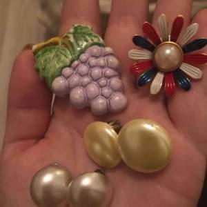 Säljer lite roliga och ovanliga clips-örhängen. Min kära farmor önskade bli av med några. De inköptes på 1930-talet. Härliga med vintagekänsla! Säljs separat