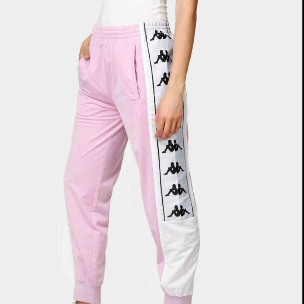 Rosa kappa byxor, fett snygga men tyvärr fel storlek för mig. Endast testat. 500kr vid köp av hela settet. . Jeans & Byxor.