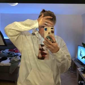 snygg vit hoodie från carling. använd 3 gånger. sitter bra på mig som har S, oversized men snyggt