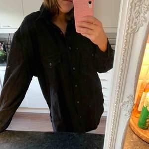 Svart, manchester liknande skjorta från Missguided. Prislappen finns kvar så aldrig använd. Frakt ingår 🥰