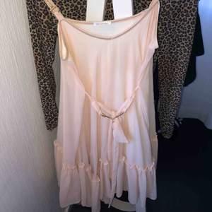 Rosa klänning från Ida Sjöstedt! Använd cirka tre gånger. Strl XS/S