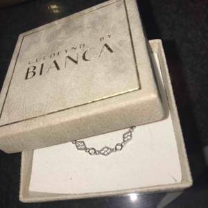 Halsband från Bianca ingrossos första kollektion (tror jag) med guldfynd. Fick i julklapp förra året och kostar ungefär 900 kr, finns ej längre i butik. Passar perfekt till fest.Aldrig använt, inte min stil. mötas i Sthlm eller kund står för frakt.