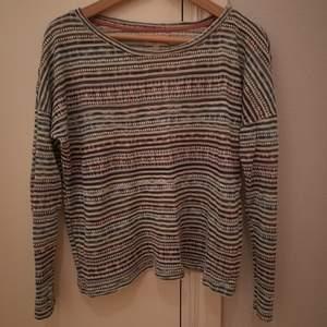 Tunt stickad tröja från Zara. Något transparant. I begagnat men fint skick. Storlek M.