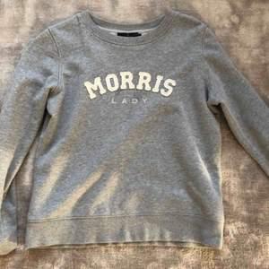 En sweatshirts från MORRIS LADY som är i väldigt fint skick. Storlek Xs men den passar även S,M. Nyttorna: 1000kr (den är knappt använd)