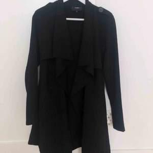 En svart trenchcoat/ kappa från märket ONLY. Den är använd ett fåtal gånger och är i mycket bra skick. För fler bilder är det bara att skriva. 💗💗💗