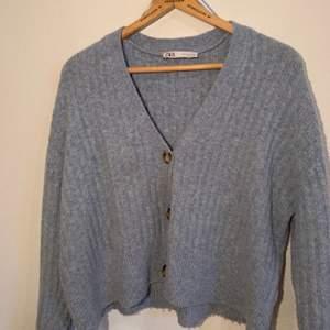 Blå cardigan från Zara. Jätte skön och mjuk material. Passar S och M💕