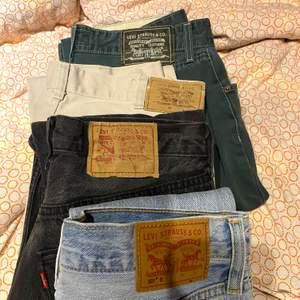 Säljer fyra stycken Levi's jeans (280-400kr), gå in på min sida för att se annonserna! Beige: SÅLDA, svarta: SÅLDA, blå: 75 cm, gröna: SÅLDA Köparen betalar frakt (66kr)