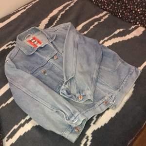 Snygg retro jeans jacka som jag har använd under en sommar. Den sitter riktigt snygg på om jag får säga det själv :). Har storlek M och den passar perfekt med lite löst i armen (modellen är själv så). Den skulle kunna passa en person från storlek xs-L beroende på hur man vill att den ska sitta. Pris kan diskuteras!