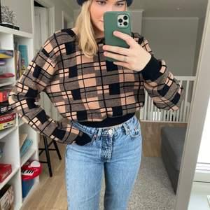 Snygg tröja som jag använt några fåtal gånger. Storlek L men liten i storleken. Köparen står för frakt💞