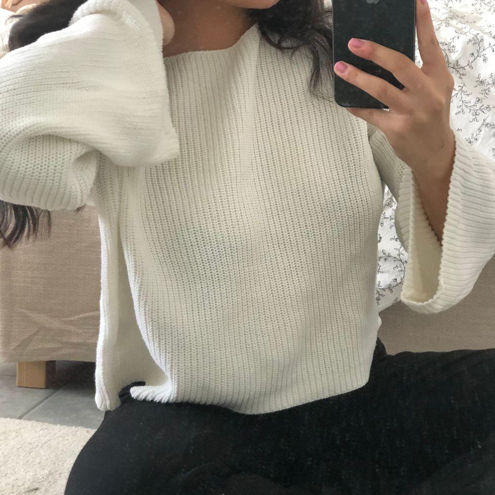 Superfin vit stickad tröja från Na-Kd💕💕Ganska stor på mig som brukar använda stl S-M och har väldigt utsvängda armar. Inga fel eller fläckar på den men den kommer tyvärr inte till användning, frakt tillkommer.. Tröjor & Koftor.