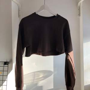 Brun trendig sweatshirt från prettylittlething. Aldrig använd, nyskick💕