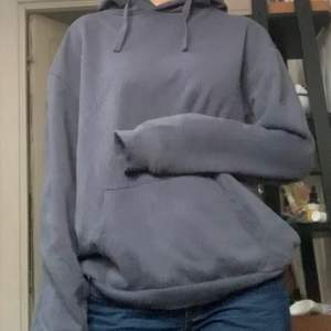 En blå grå hoodie i strl S fast den är oversize på mig (passar M o mer beroende på hur man vill att den ska sitta). Har använts ett fåtal gånger, skriv gärna för mer info❤️❤️