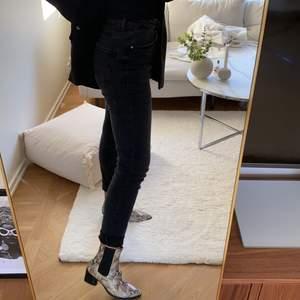 Supersnygga grå/svarta jeans i perfekt skick. Stretchiga! Jag är 165 och behöver vika upp dem mycket för att dem ska passa, så antingen om man vill göra som jag, annars så passar dem på längre!