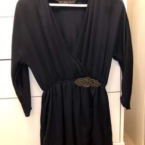 Mörkblå klänning från Zara. Fin djup ringning och detalj i pärlor vid midjan.