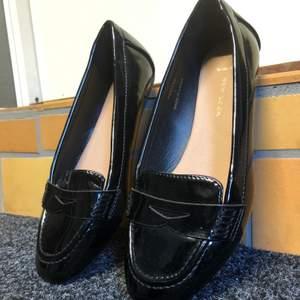"""Svarta """"lack"""" loafers från Asos. Bara provade hemma, aldrig använda. Det är wide fit på dem, känns dock som en vanlig 39 i storlek."""