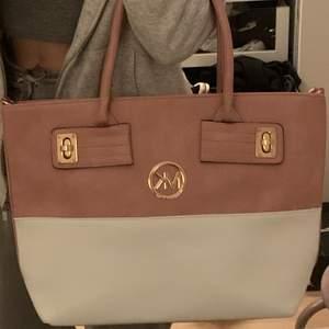 En stor och praktisk väska som troligtvis är fake.