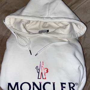 Nyskick hoodie från Moncler i nyskick i princip