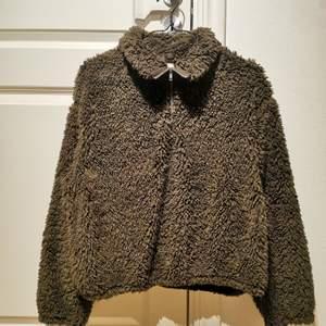 Varm och skön halfzip tröja i grön från H&M. Använd ett fåtal gånger.