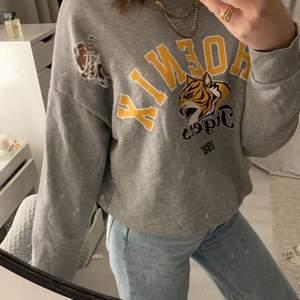 En sweatshirt som inte är använd alls och är i bra skick. Sitter snyggt på