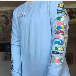 The Simpsons långärmad tröja från H&M. Använd en gång så den är så gott som ny. Alla karaktärer längs ärmarna. Priset är diskuterbart vid snabb affär!!