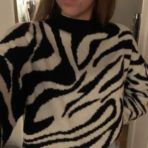 En stickad tröja med zebra mönster. Frakt tillkommer🤍