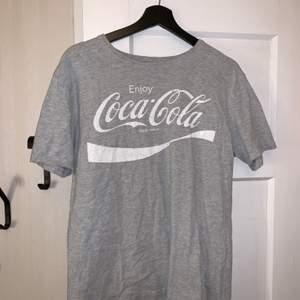 En asball Coca-Cola t-shirt! Inte andvänd jättemycket! Storlek M men jag skulle säga att den passar XS-L. Hör av er vid frågor eller om ni vill ha fler bilder! Köparen står för frakten!