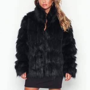 Säljer denna vinterjacka i fuskpäls. Använd ett fåtal gånger. Inköpt för 499kr, säljer för 180kr. Köparen står för frakt!