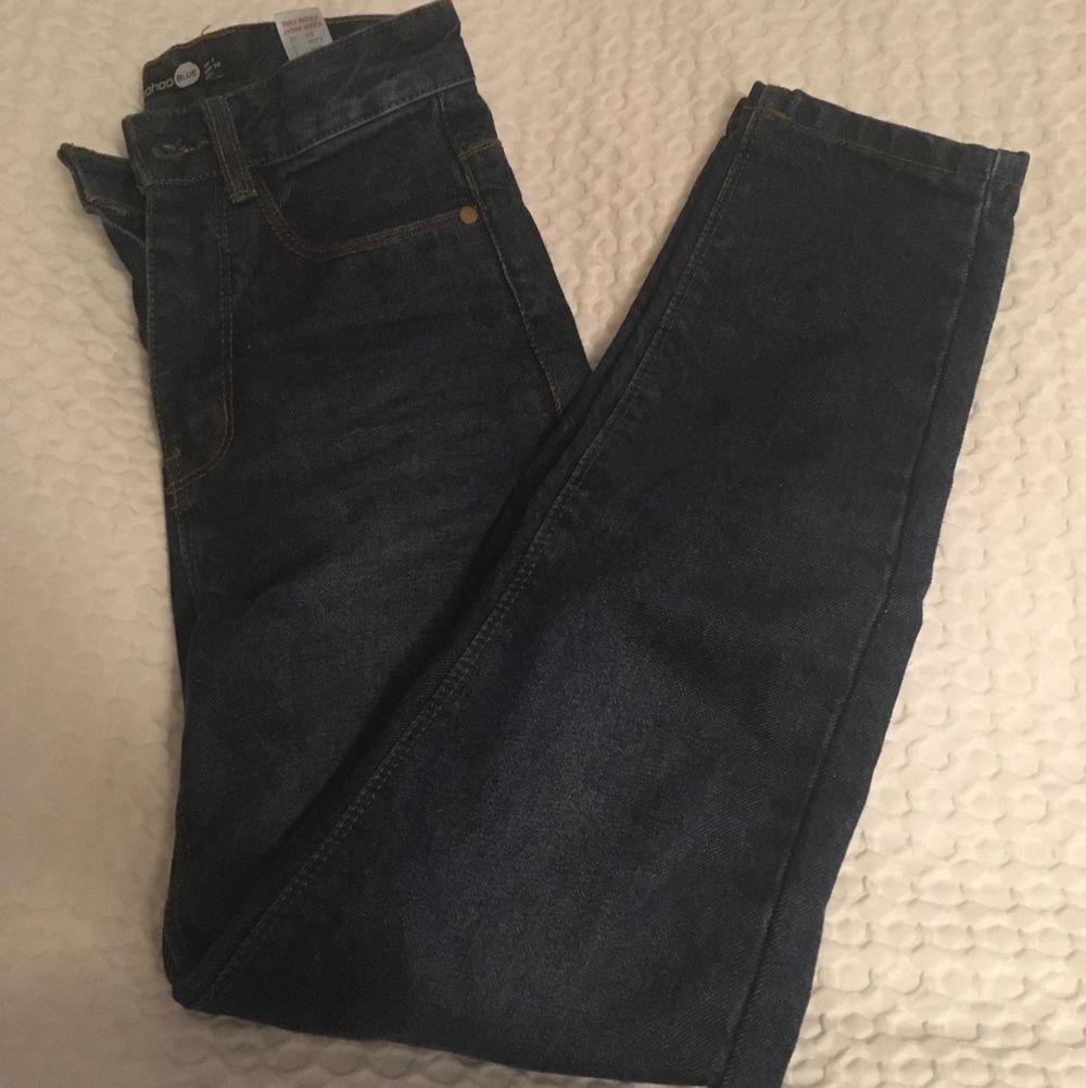 Asfina mom jeans från Boohoo🤍 säljer pga att de är lite korta för mig- jag är 165cm 💙 Skriv till mig vid frågor och intresse! . Jeans & Byxor.