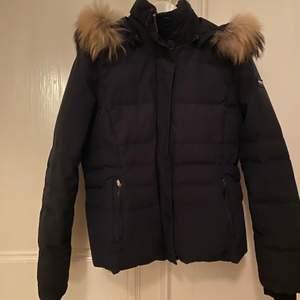 Säljer denna woolrich jacka! Använd fåtal gånger, jackan är i nyskick. Köpt på woolrich butiken i Stockholm för ungefär 7000kr. Storlek L men de är små i storlekarna så den sitter som en S.