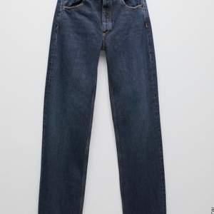 Säljer dessa medel/lågmidjade byxor från Zara i storlek 36. Helt oanvända med lapp kvar och allting. Säljes för 250 kr eller högsta bud. (Köparen står för frakt)