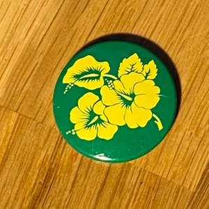 Grön & gul blom pin inspirerad av hawaii. Riktiga sommar feels:) Köparen betalar frakt.