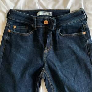 Blåa jeans från JDY, skinny modell. Små bakfickor och aldrig använda. Storlek; midja 27, längd 32.