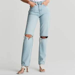 Jättepopulära, eftertraktade jeans från Gina Tricot. Säljes pga används tyvärr inte💙 Aldrig använda! Storlek 38, men passar mig som är en 36a.