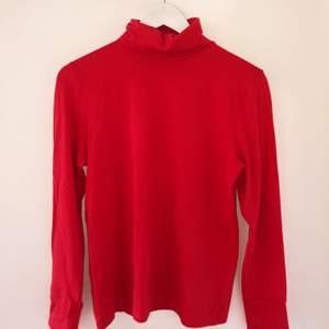 En superskön röd polotröja från NaKd! Säljer pga lite för stor för mig, har bara använt den en gång 🥰 Den passar både S och M! Nypris var 170 kronor, säljer för 80kr. Köparen står för frakt <3 Kan mötas upp i Malmö eller närområden!