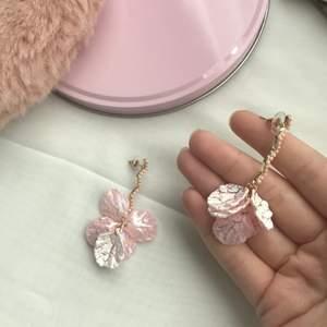 Gulliga rosa örhängen som ska föreställa en blomma. Som nya. 🌸 Tar emot swish och fraktar, dock kan jag ej stå för postens slarv. Frakten står på 11kr
