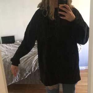 En svart oversizest sweatshirtklänning från Nellys engna märke, aldrig använd med lappen kvar!!