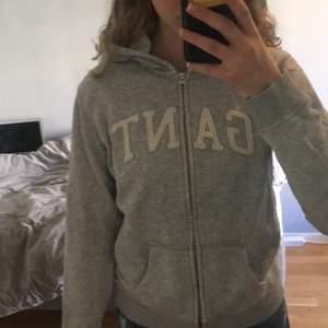 Fin gant zip hoodie i bra skick, barn model, vit i luvan. Nypris 1200