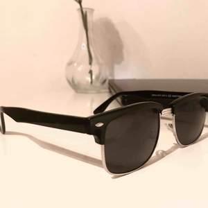 Super snygga enkla solglasögon som passar till allt. ☀️