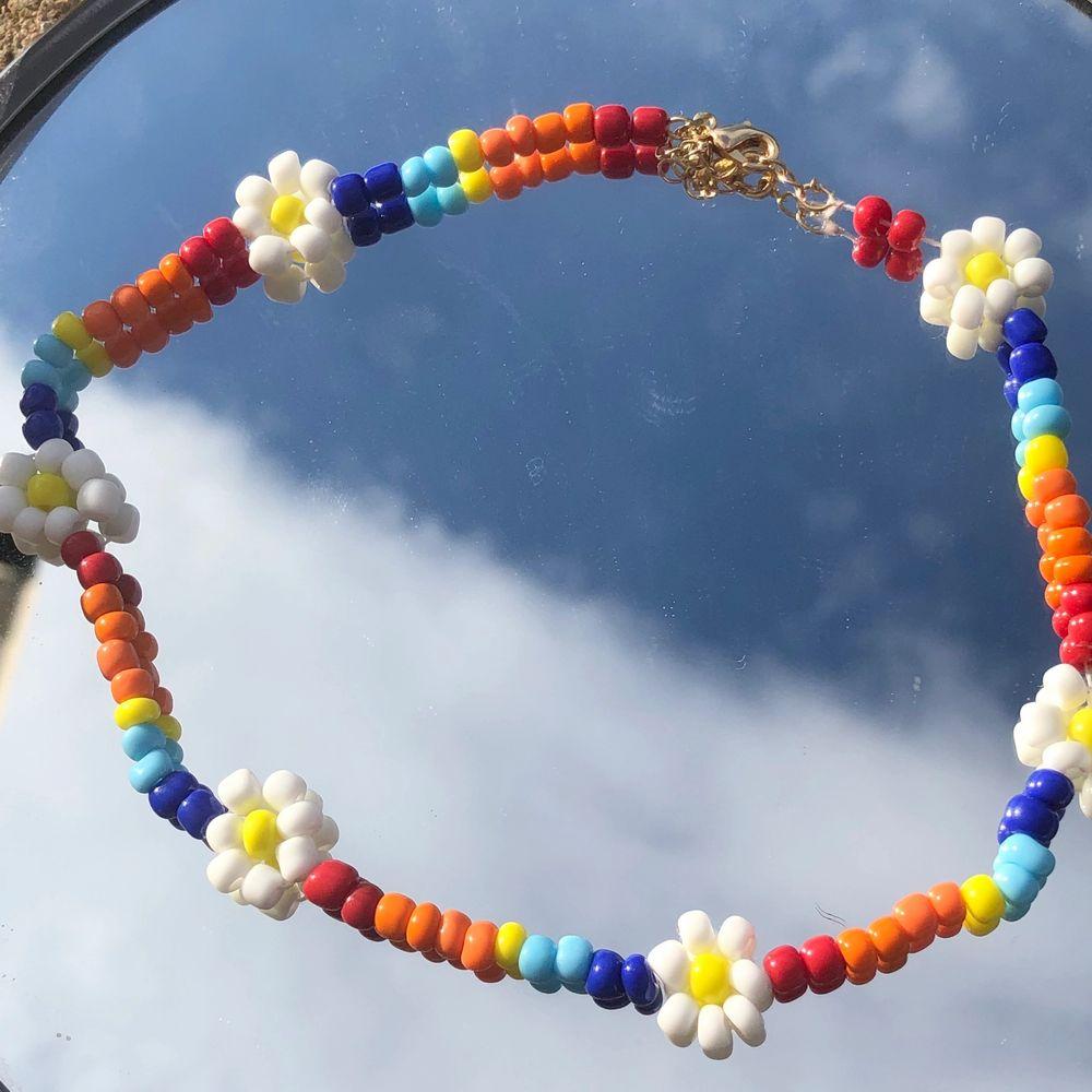 Hej! Säljer dessa egengjorda halsband och örhängen jag gjort💕💚 Man kan välja om man vill ha en eller två stycken blommor på örhängena samt välja vilken färg✨🧜🏼♀️ Man kan också välja vilka färger man vill ha på halsbanden✨✨ Örhängen: 25kr Halsband: 50kr🧡❤. Accessoarer.