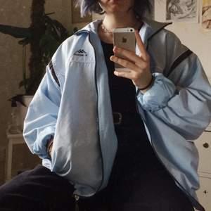 Blå windbreaker från Kappa i fint skick! Används inte då det inte riktigt är min stil :/ Färgen är asfin, perfekt ljusblå! På mig sitter den oversize (S). 233kr iklusive frakt! Först till kvarn🦋