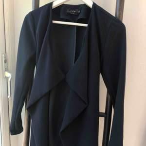 Säljer denna super fina kappan från only! Marinblå och tunnt material vilket är perfekt inför vår/sommar 😊
