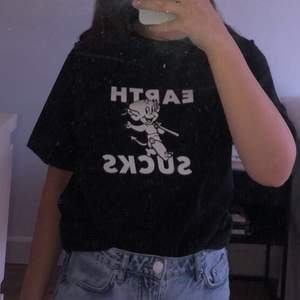 Säljer denna super coola t-shirt från DIME. Sparsamt använd så skicket är bra. Storlek M, på mig som normalt är S så sitter den något oversized. Nypris var 450kr. Frakt på 50kr tillkommer.🦋